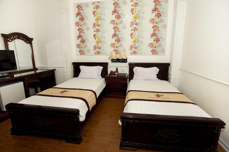 2 giường đơn hoa văn
