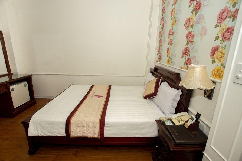 1 giường lớn hoa văn